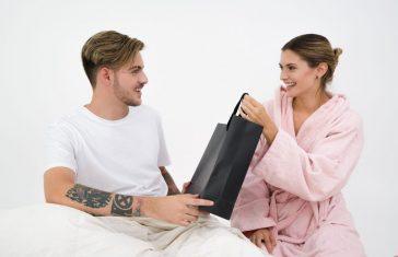 kone giver sin mand en gave