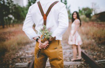 mand giver sin kone en buket blomster