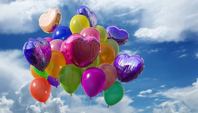 balloner i mange farver flyver på himlen