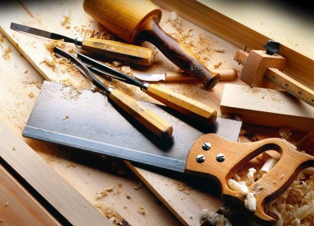 træ der bliver arbejdet af tømrerværktøj