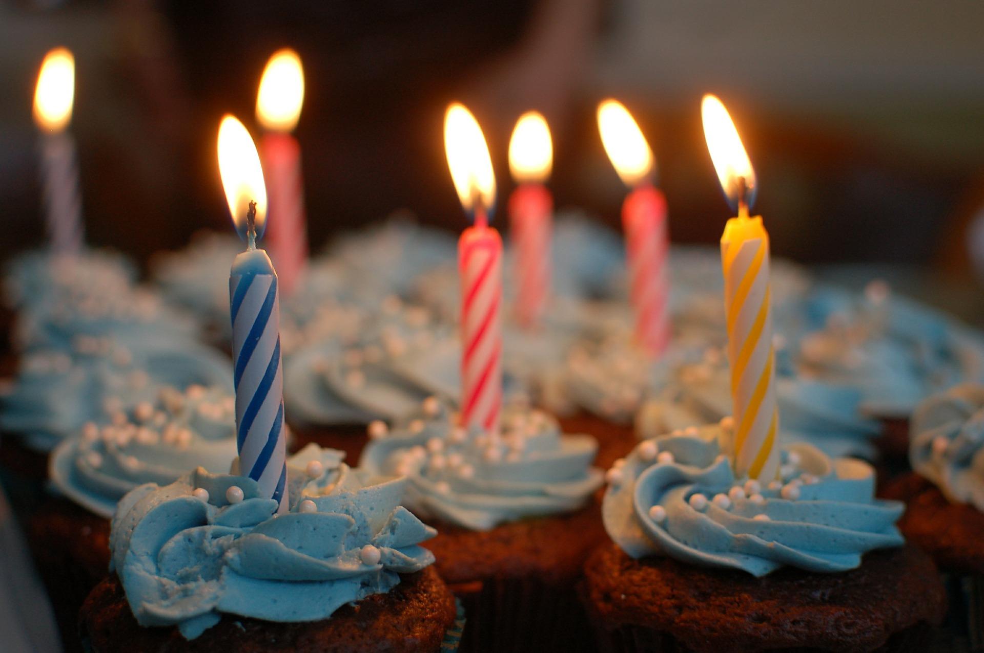 cupcakes med fødselsdagslys i
