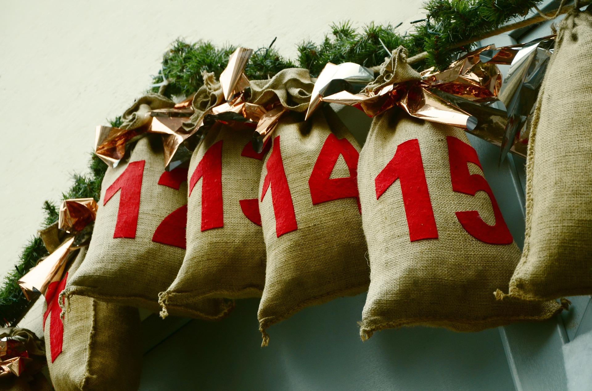 brune poser med pakkekalender på gransnor
