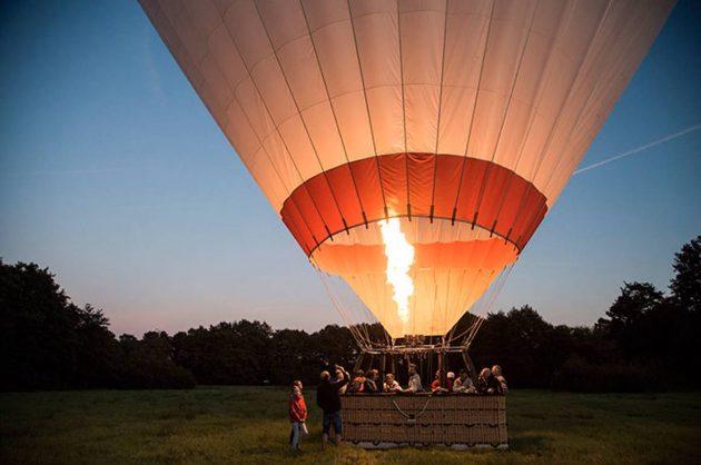 Luftballon der er klar til at flyve i aftensolen