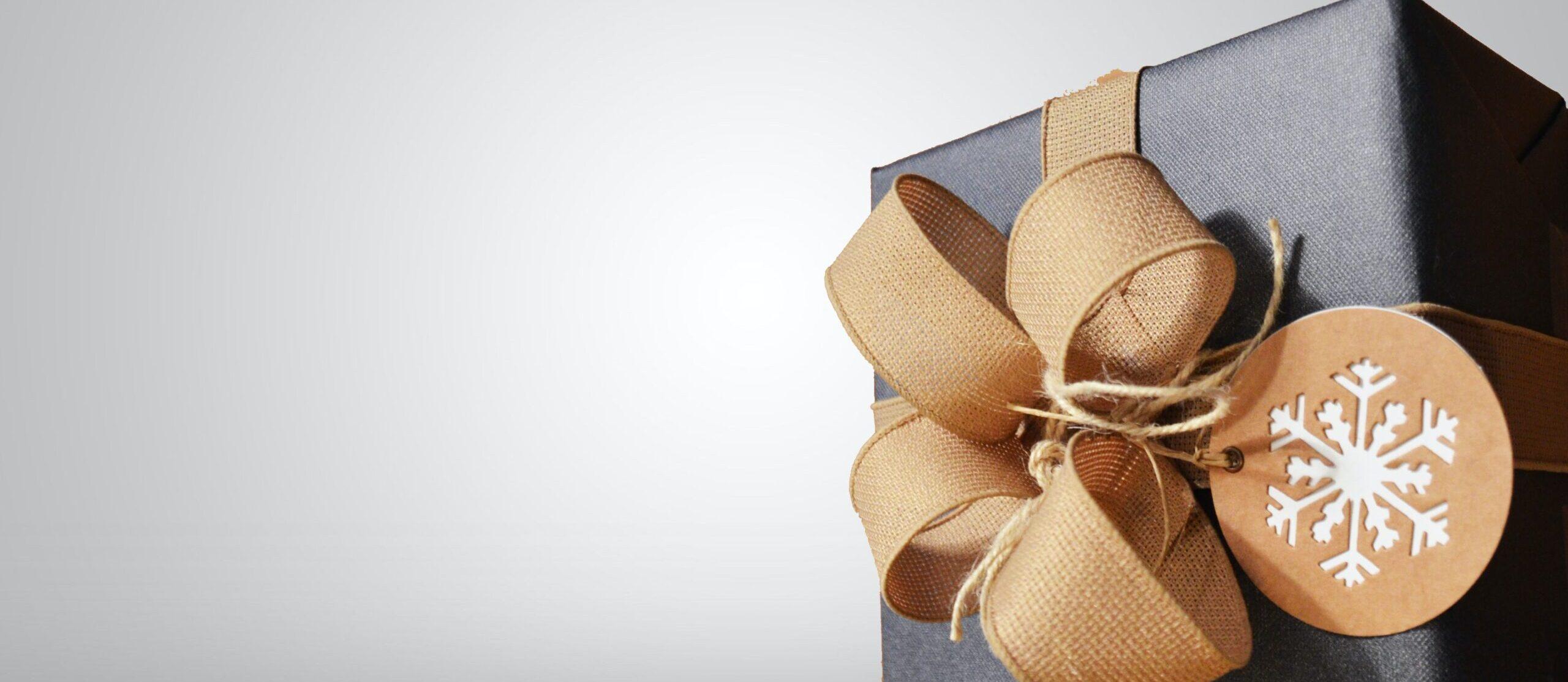 billede af gave med brunt bånd