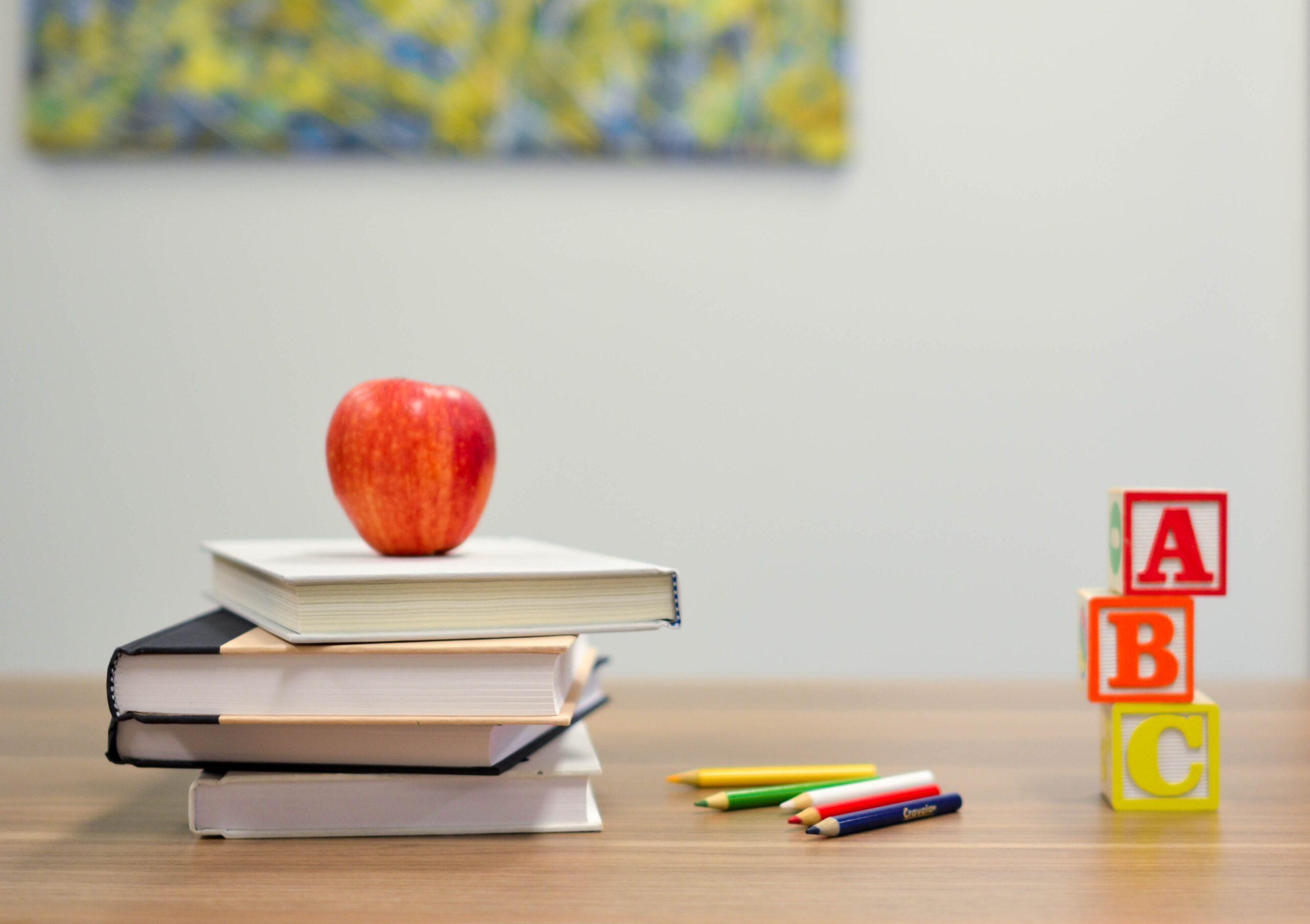 Bord med lektier og æbel