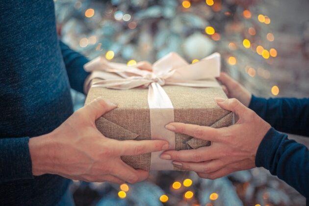 Mand og kvindehænder holde gave